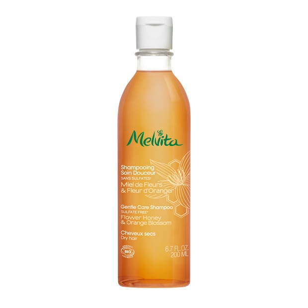 Auf nassem Haar sanft massieren, dann mit reichlich Wasser spülen.