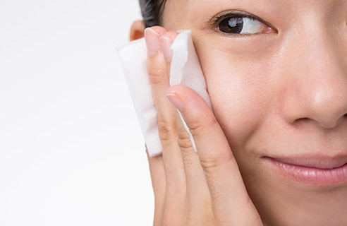 クリアな素肌作りに役立つ!拭き取り化粧水の使い方